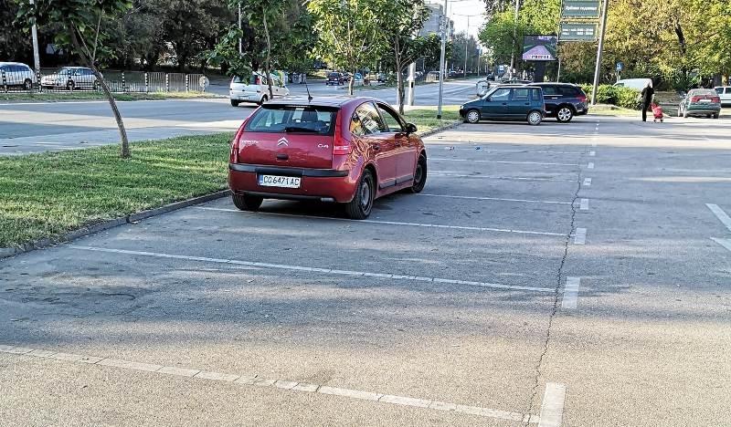 Софиийски тарикат паркира колата си като за двама на паркинг във Видин /снимка/