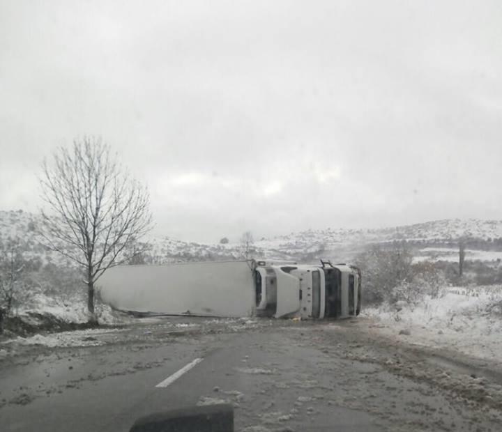 ТИР се е обърнал на главния път Е-79 между Монтана