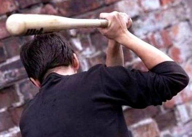 Гневен мъж, нокаутирал клиент на заведение с бухалка, бе изправен