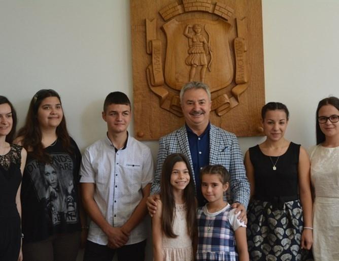 Анна- Мария Арсенова е носител на специалната стипендия на община