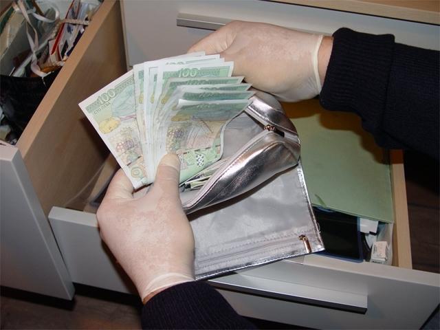 Трима крадци са отмъкнали сумата от 950 лева във врачанското