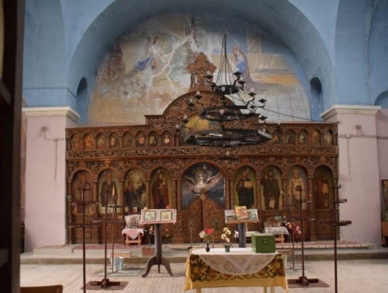 """Църквата """"Света Троица"""" в Гложене е с нова подова настилка."""