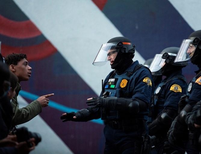 Трима полицаи с български произход са пострадали при безредици в САЩ
