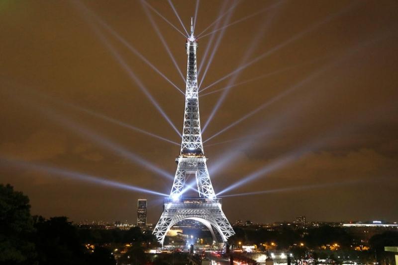 Атрактивно светлинно шоу се провежда в Париж по повод рожденния