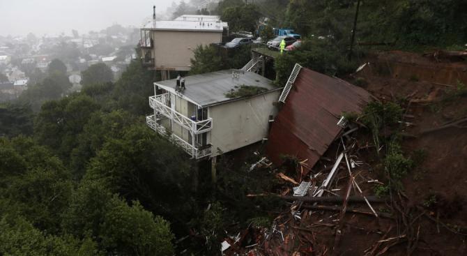 Снимка: Най-малко 9 загинали и 35 изчезнали след свлачища в Китай