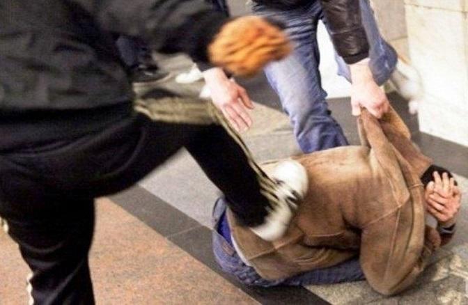Снимка: Кърваво меле в Лом! Трима братя се млатиха яростно с младеж пред полицията в града