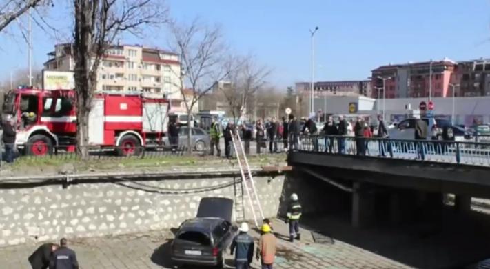 Двама души пострадаха при падането на кола в Хасковска река.