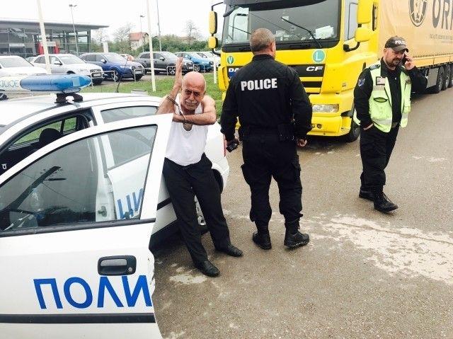 Полицейски служители са заловили пиян шофьор на ТИР, съобщиха от