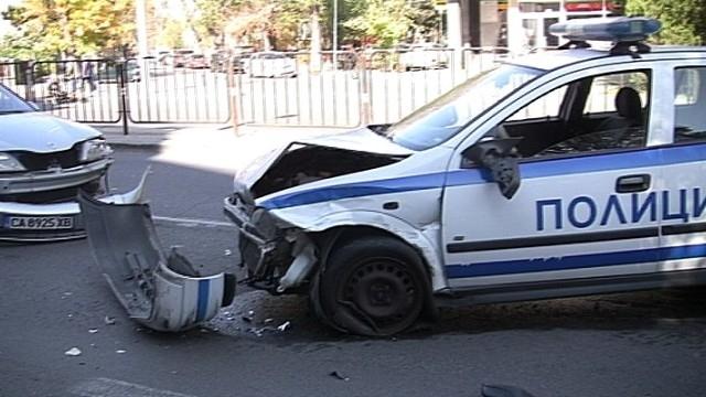 28-годишна жeна от Димитровград удари с автомобила си двама полицаи
