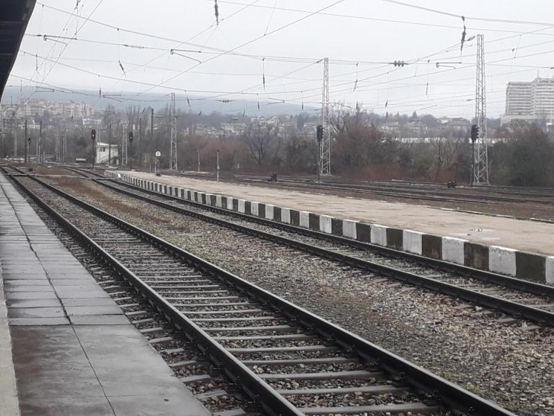 Задържаха машинист, източвал дизел от влак на гарата в Свищов