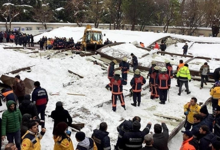 Нов ужас! Покрив на джамия рухна под тежестта на снега, има загинали (видео)