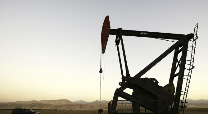 Петролните фючърси поскъпнаха рязко в началото на търговията в понеделник,