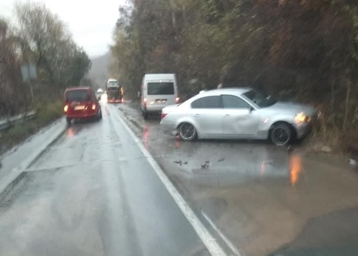 """Лек автомобил """"БМВ"""" катастрофира на главен път Е-79 край Ребърково,"""