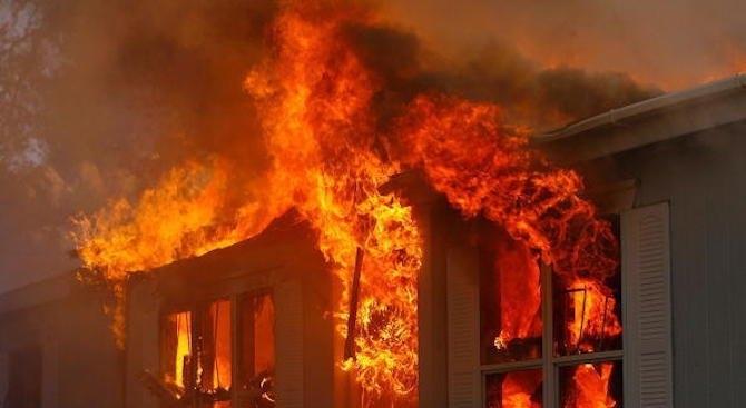 Огнен ад! Къща горя в Ломско посред нощ