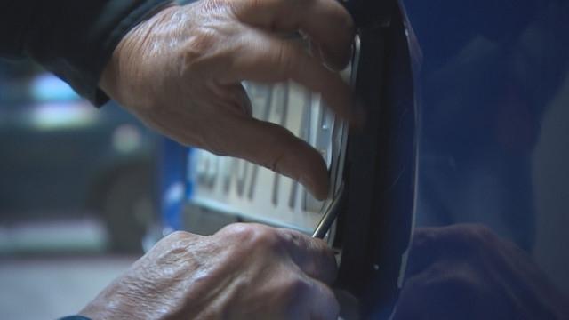 Почерпен шофьор, карал без книжка, се сбогува с регистрационните табели