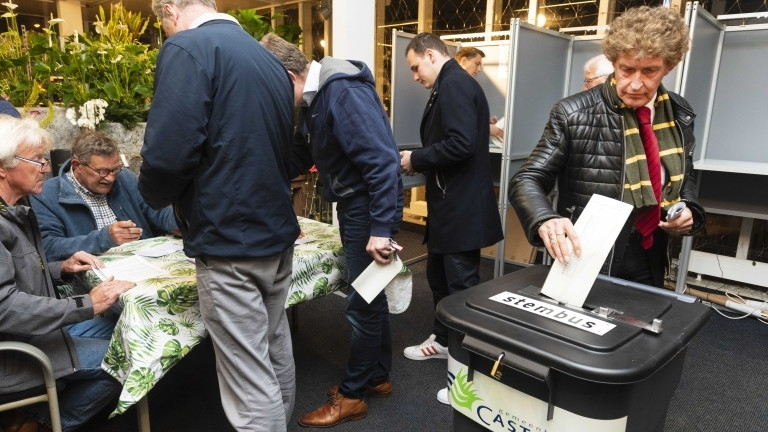 Европейските избори започнаха официално с отварянето на изборните секции в