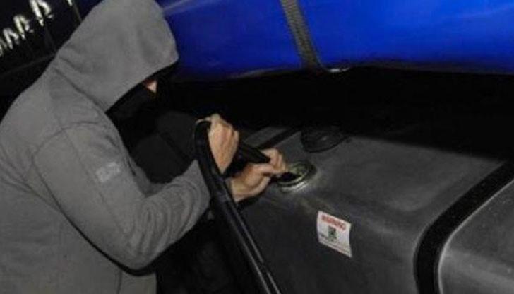 Полицията е заловила двама, източили 70 литра нафта от камион
