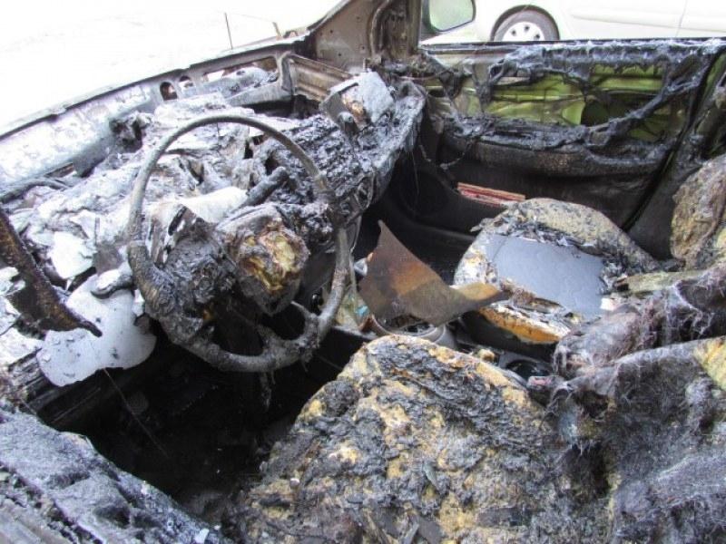 Кола изгоря пред къща в Оряхово, предадоха от полицията във