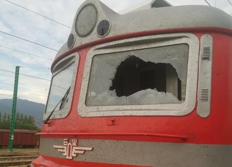 Вандали са потрошили влак за Бургас в движение и има