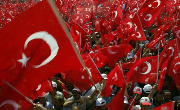 В Турция върнаха на работа 1823 държавни служители