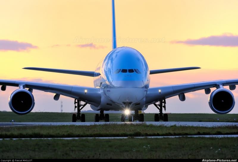 Пет самолета кацнаха аварийно заради бомбени заплахи. Четири самолета бяха