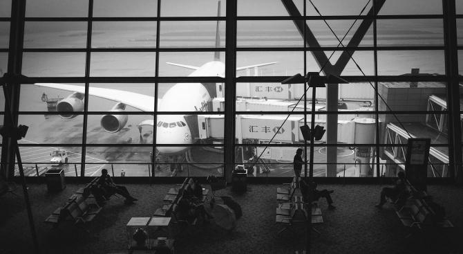 Летището на Хонконг отмени днес всички заминаващи полети, след като