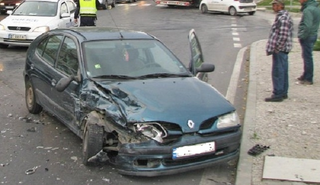 Неправоспособен шофьор е ударил двуколесна фреза и е ранил водача