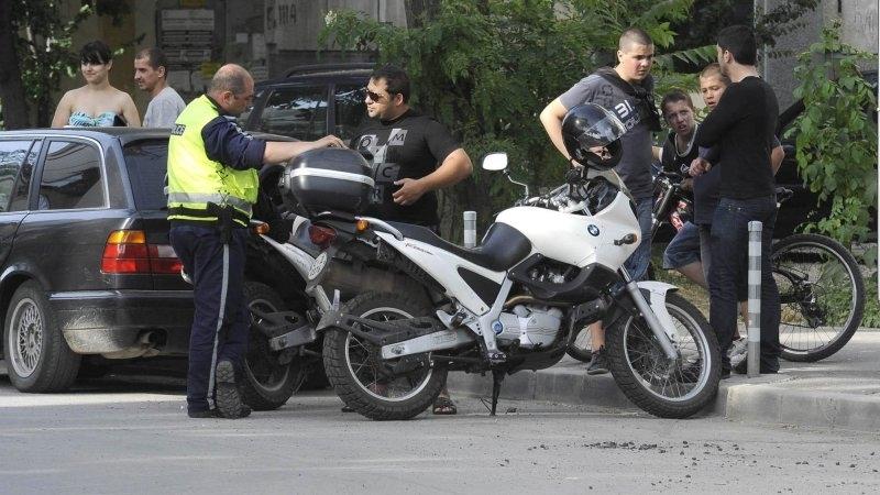Служители на реда хванаха неправоспособен младеж да кара мотора си