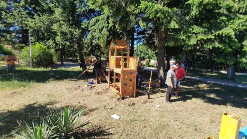 Монтираха нови детски съоръжения в села от община Ружинци, а