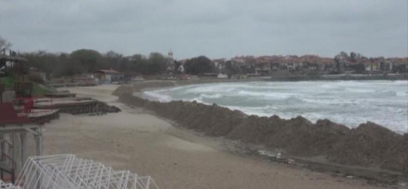 Концесионерът на Централния плаж в Созопол незабавно да преустанови изземването