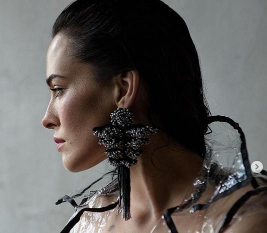 Певицата и актриса Даша Астафиева умее така изкусно и съблазнително