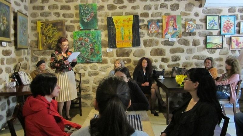 В кафе-галерия КДК официално бе открита изложбата на жени-художнички от