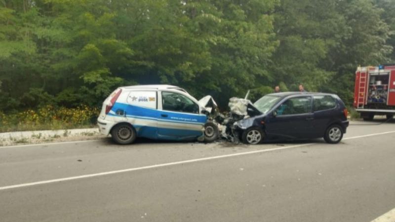 Младеж и 47-годишна жена пострадаха, след като две коли се натресоха във Врачанско
