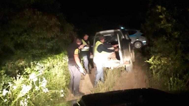 Полицаи заловиха двама мъже, поели по тъмно с автомобил и