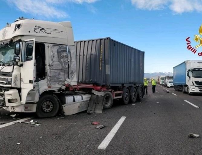 Български шофьор е бил тежко ранен при сблъсък между три