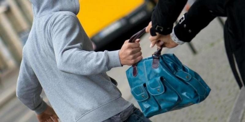 Срамота! Тийнейджъри отмъкнаха чантата на баба във Враца