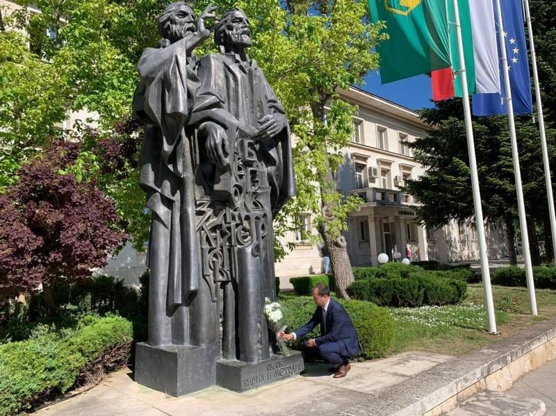 В знак на признателност, кметът Калин Каменов поднесе цветя пред