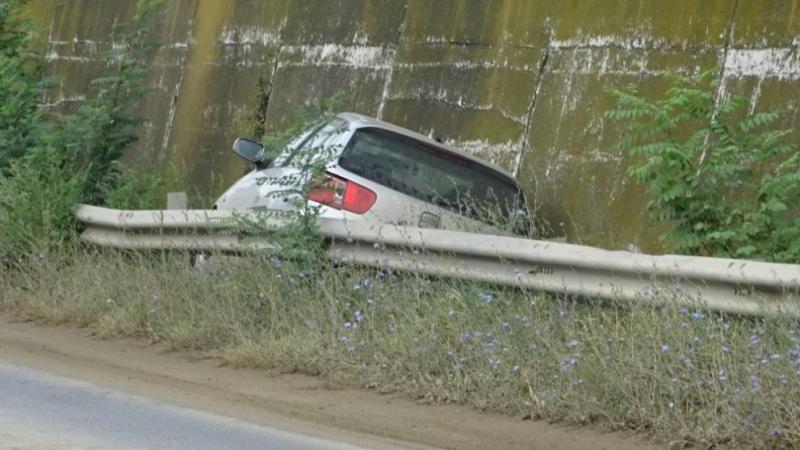 """Лек автомобил """"Сеат"""" се заклещи между мантинелата и подпорна стена"""