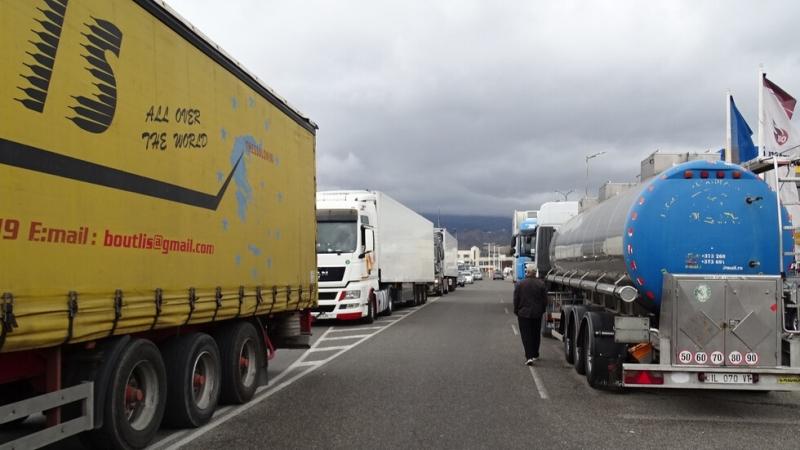 Изключително интензивен е трафикът на изход за товарни автомобили на