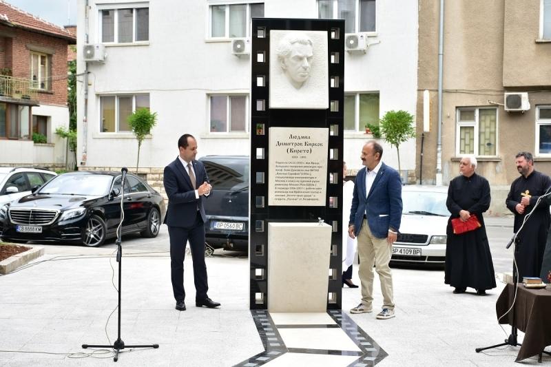 Кметът Калин Каменов и актьорът Филип Трифонов откриха официално паметник-чешма,