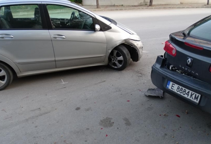 Сервитьорка заспа зад волана, блъсна два паркирани автомобила
