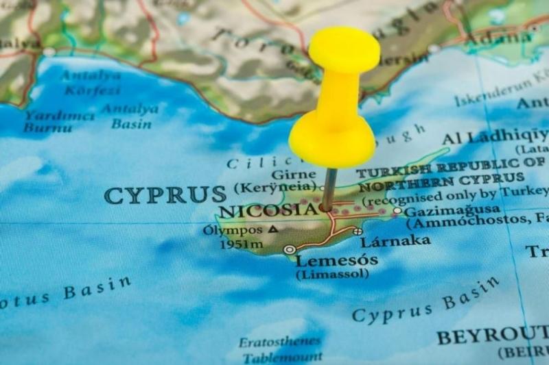 Кипър обяви двуседмичен локдаун от днес и изтегли по-рано нощния