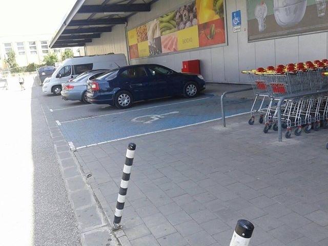 Мениджър на BILLA паркира на място за инвалиди във Враца, хората се питат с ТЕЛК ли е? /снимки/