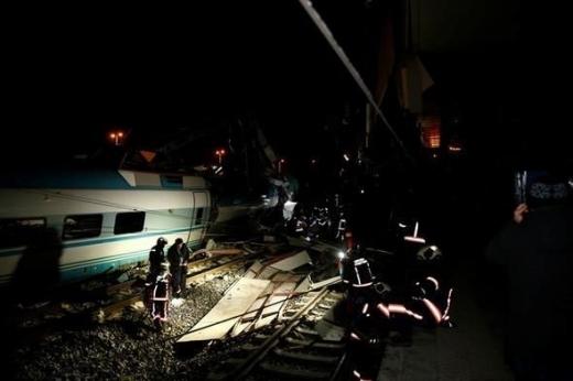 Вискоскоростен влак се разби в надлез в Анкара и два