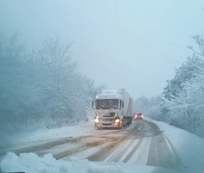 Обилният сняг и закъсали ТИР-ове затрудняват движението по главен път