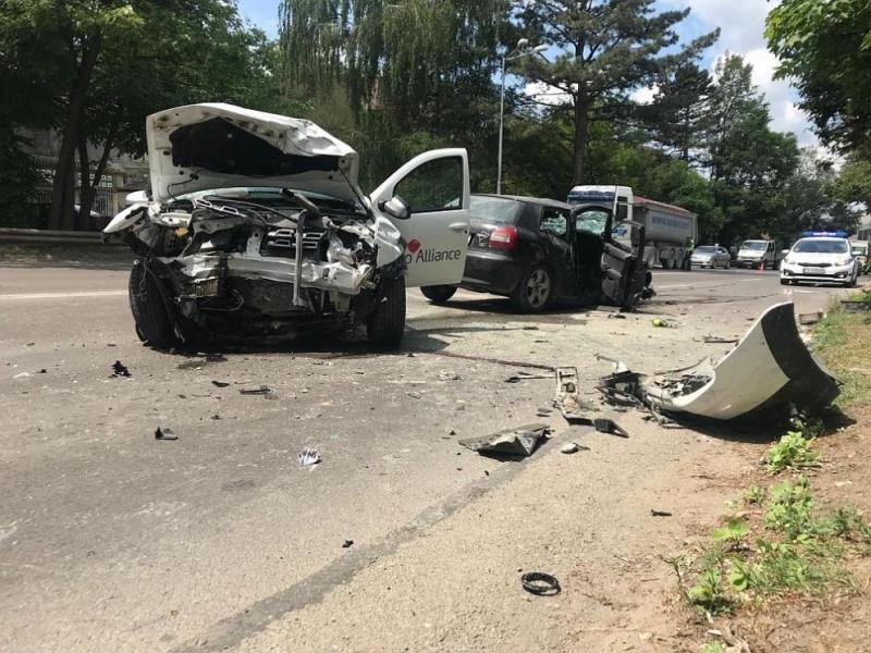 Жена пострада при катастрофа между две коли във Враца, съобщиха
