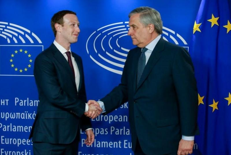 Изпълнителният директор на Фейсбук Марк Зукърбърг говори пред представители на
