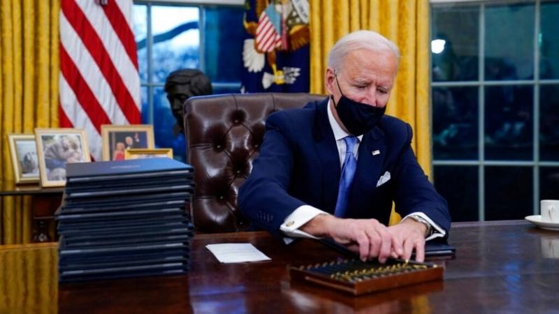 Президентът на САЩ Джо Байдън официално отмени няколко заповеди на