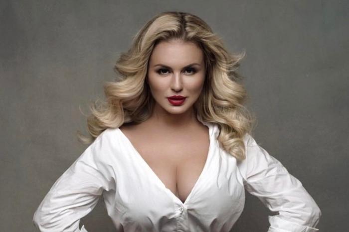 Интернет гръмна от горещите снимки на певицата Анна Семенович, които