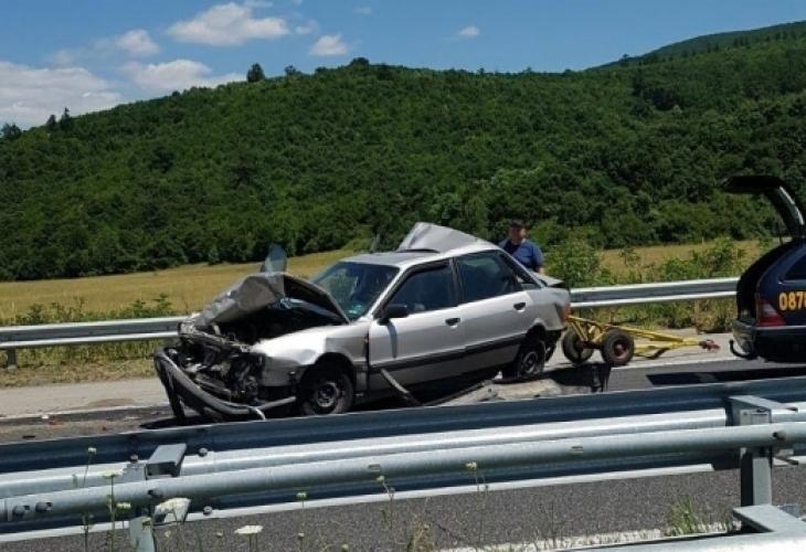 """Кошмар на """"Тракия""""! Шофьор се заби в кола на строителна фирма, цялото движение към София е блокирано"""